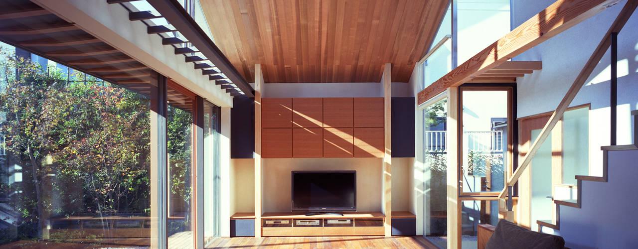 光を抱く家: 西島正樹/プライム一級建築士事務所 が手掛けたリビングです。