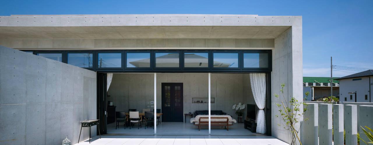 Under the Large Roof: Atelier HARETOKE Co., Ltd.が手掛けた家です。,