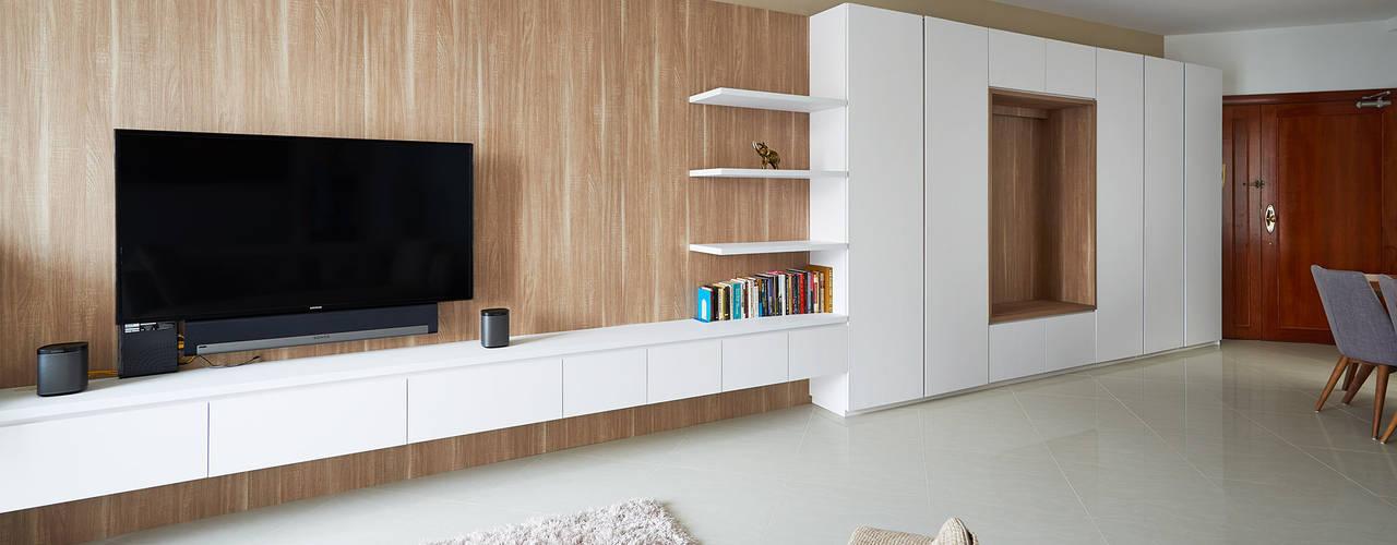 现代客厅設計點子、靈感 & 圖片 根據 Eightytwo Pte Ltd 現代風