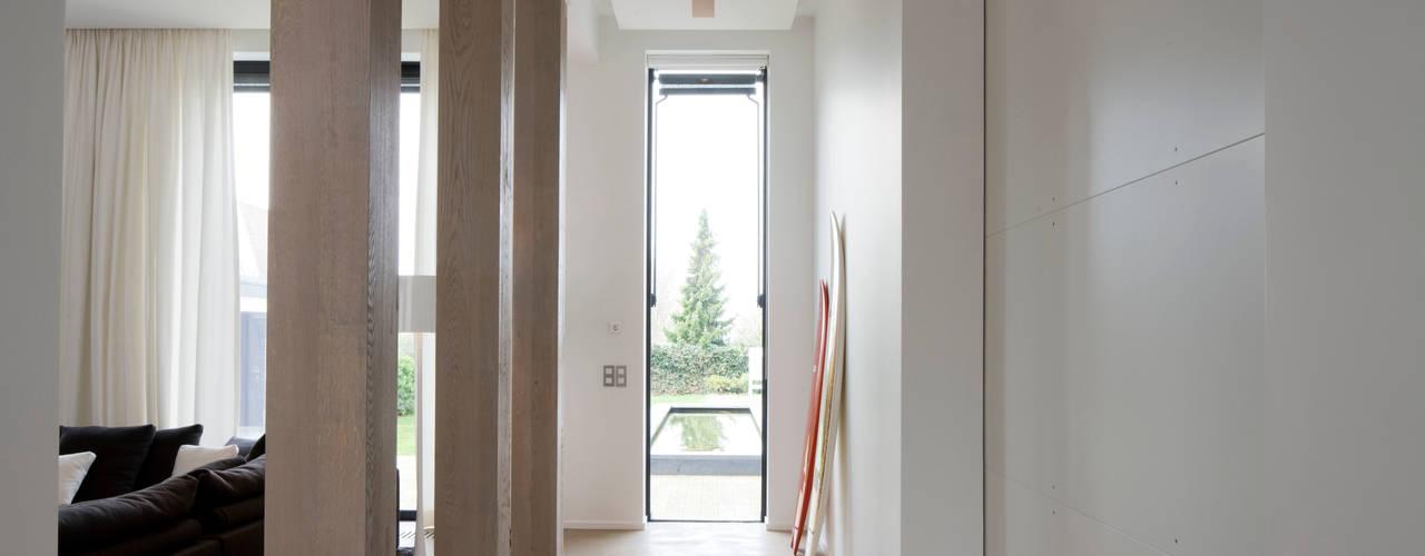 Maison H Couloir, entrée, escaliers minimalistes par GUILLAUME DA SILVA ARCHITECTURE INTERIEURE Minimaliste
