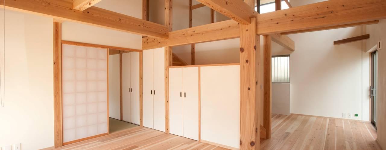 木造伝統工法のF邸: 建築設計事務所 山田屋が手掛けたリビングです。