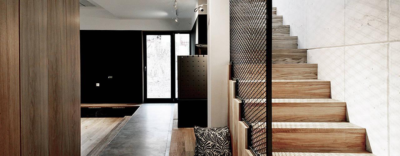 工業風的玄關、走廊與階梯 根據 Konrad Muraszkiewicz Pracownia Architektoniczna 工業風