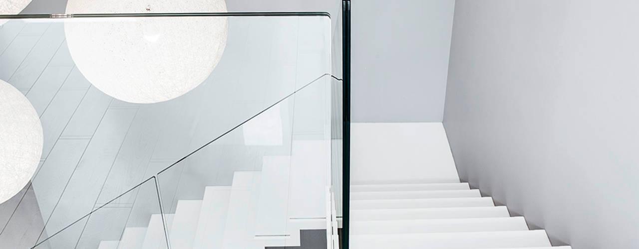 ST885 Białe schody dywanowe / ST885 White Zigzag Stairs: styl , w kategorii Korytarz, przedpokój zaprojektowany przez Trąbczyński