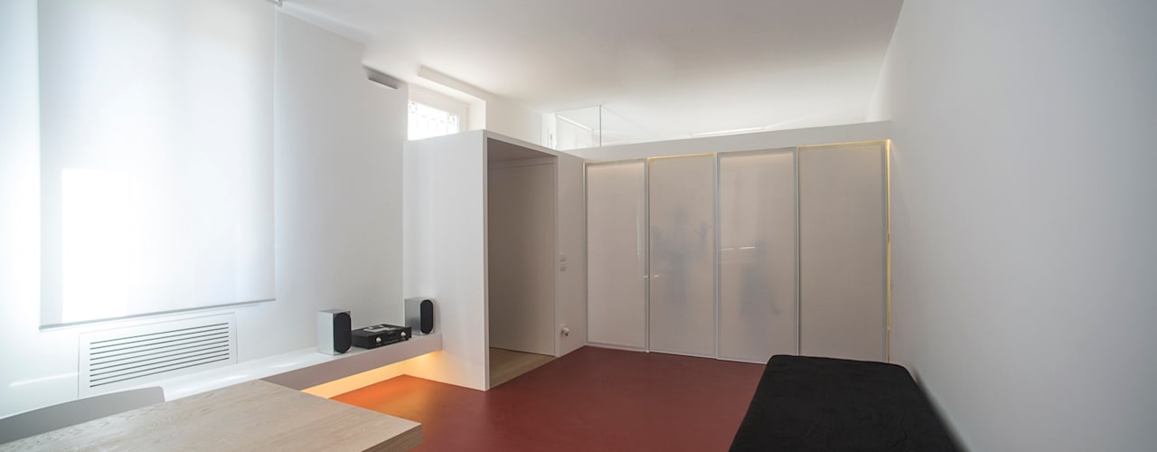 Casa per un fotografo: Soggiorno in stile  di Silvia Bortolini architetto