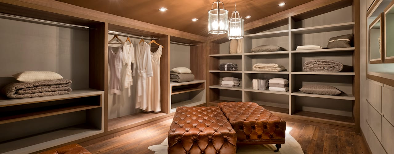 Closets de estilo  por Riskalla & Mueller Arquitetura e Interiores , Moderno