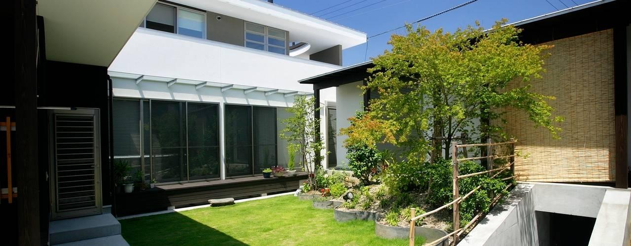 愛媛県松山市の家: Y.Architectural Designが手掛けた庭です。