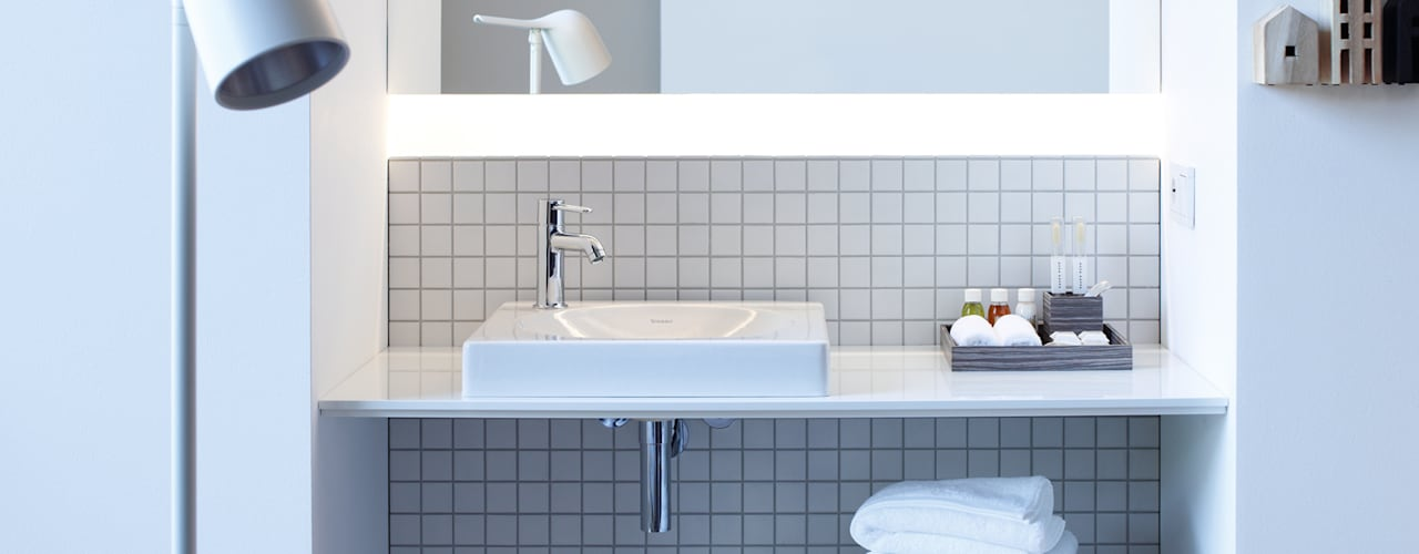 Gastenbadkamers:  Badkamer door Duravit, Modern