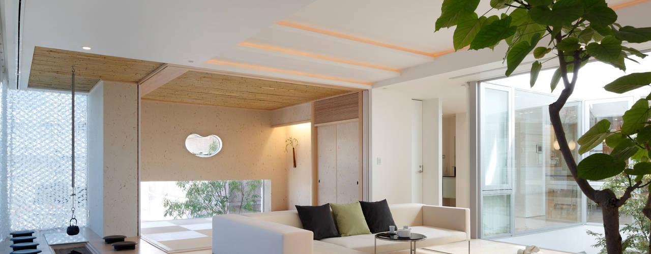 数寄の家   高級邸宅: Mアーキテクツ 高級邸宅 豪邸 注文住宅 別荘建築 LUXURY HOUSES   M-architectsが手掛けたリビングです。,モダン