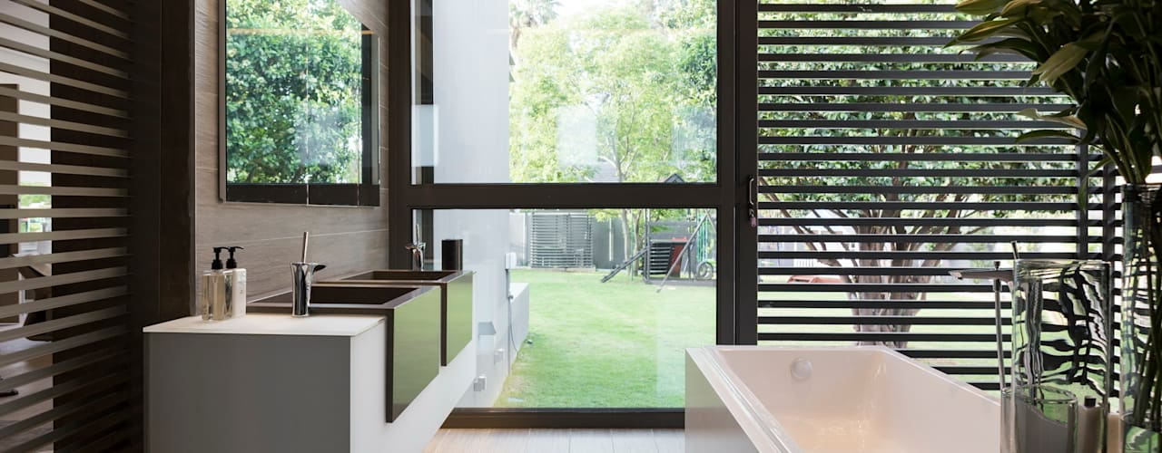 House Sar Modern style bathrooms by Nico Van Der Meulen Architects Modern