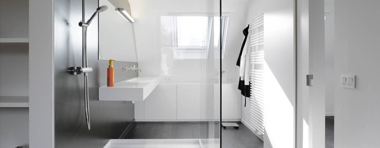 Baños de estilo minimalista por ligne V