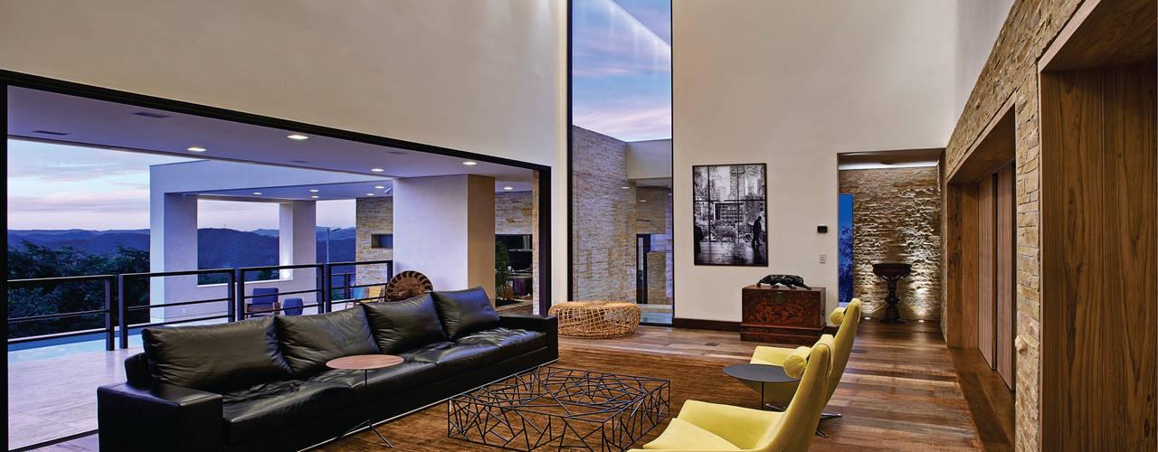 Casas de estilo  por João Carlos Moreira Filho & Maria Thereza Terence