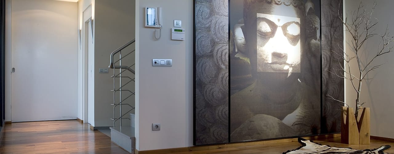 Couloir et hall d'entrée de style  par Laura Yerpes Estudio de Interiorismo