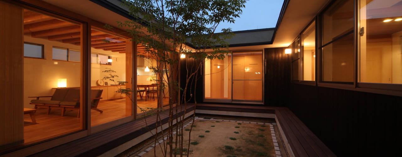 中庭夕景: 青木昌則建築研究所が手掛けた庭です。
