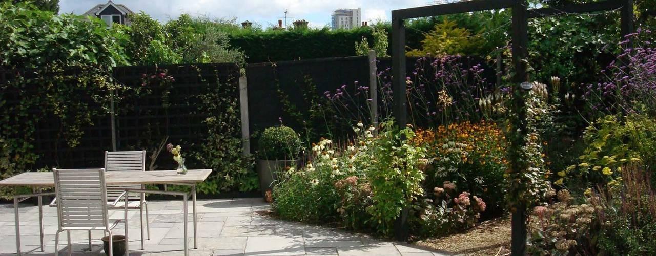 Long, narrow, contemporary garden design, Woking, Surrey Jardins modernos por Linsey Evans Garden Design Moderno