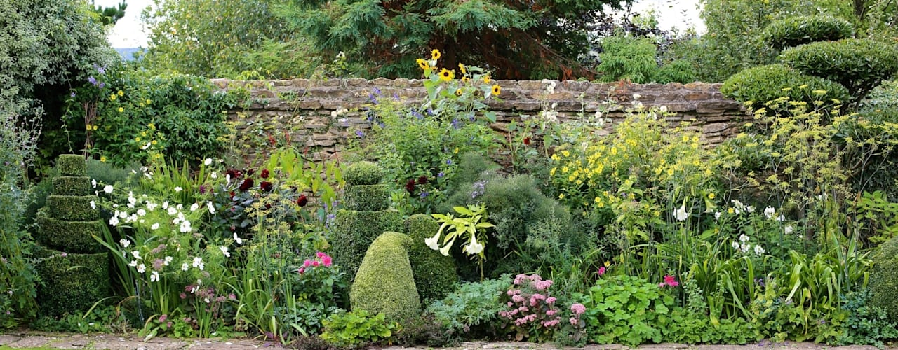 Topiary and Cloud Pruning in an English Country Garden Eclectic style garden by Niwaki Eclectic