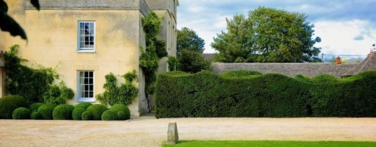 Topiary Spheres and a funky hedge Jardines de estilo ecléctico de Niwaki Ecléctico