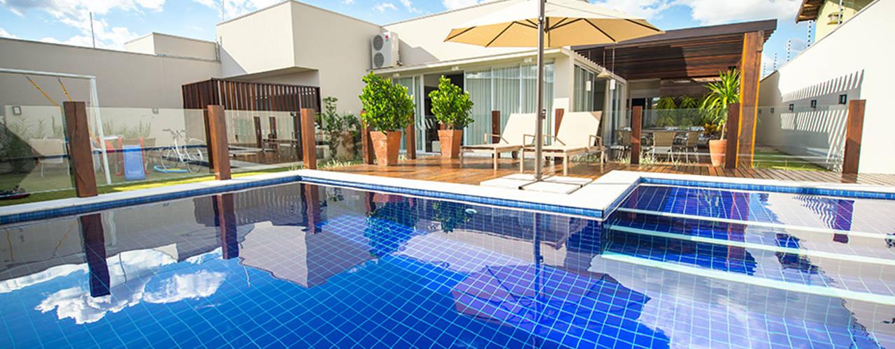 Eclectic style pool by Rafaela Dal'Maso Arquitetura Eclectic