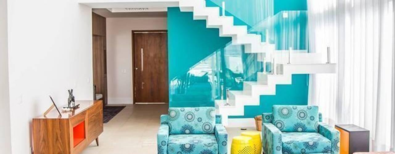 Salas de estilo moderno por HAUS