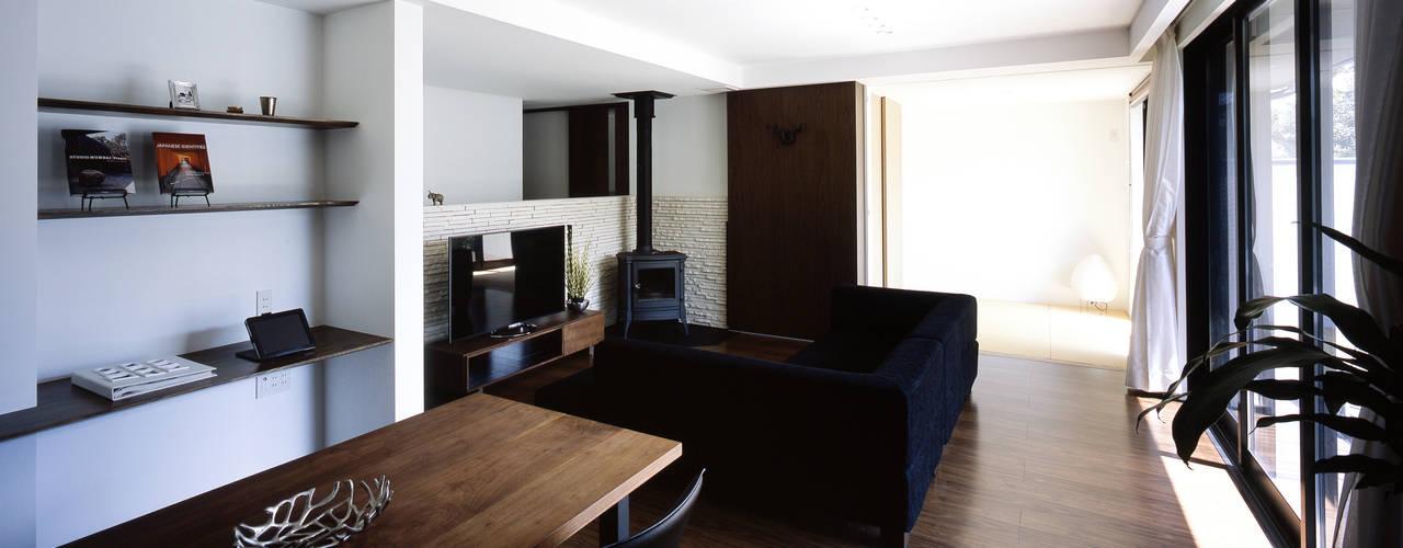Livings de estilo moderno de タカオジュン建築設計事務所-JUNTAKAO.ARCHITECTS- Moderno