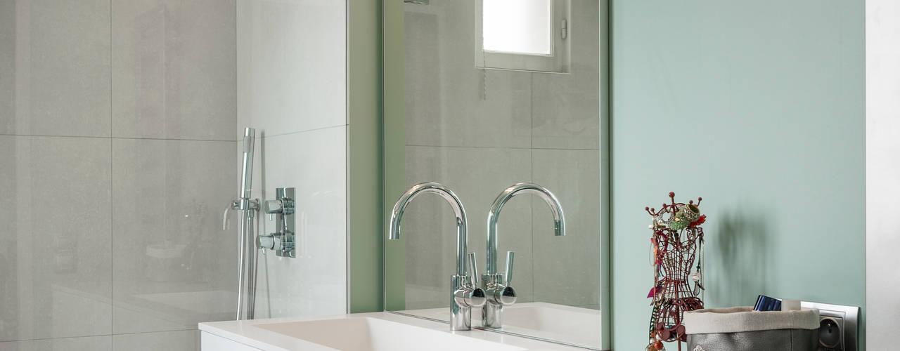 Rénovation appartement parisien années 30: Salle de bains de style  par Decorexpat,
