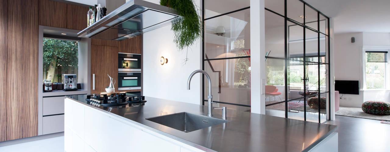 Cucina moderna di StrandNL architectuur en interieur Moderno