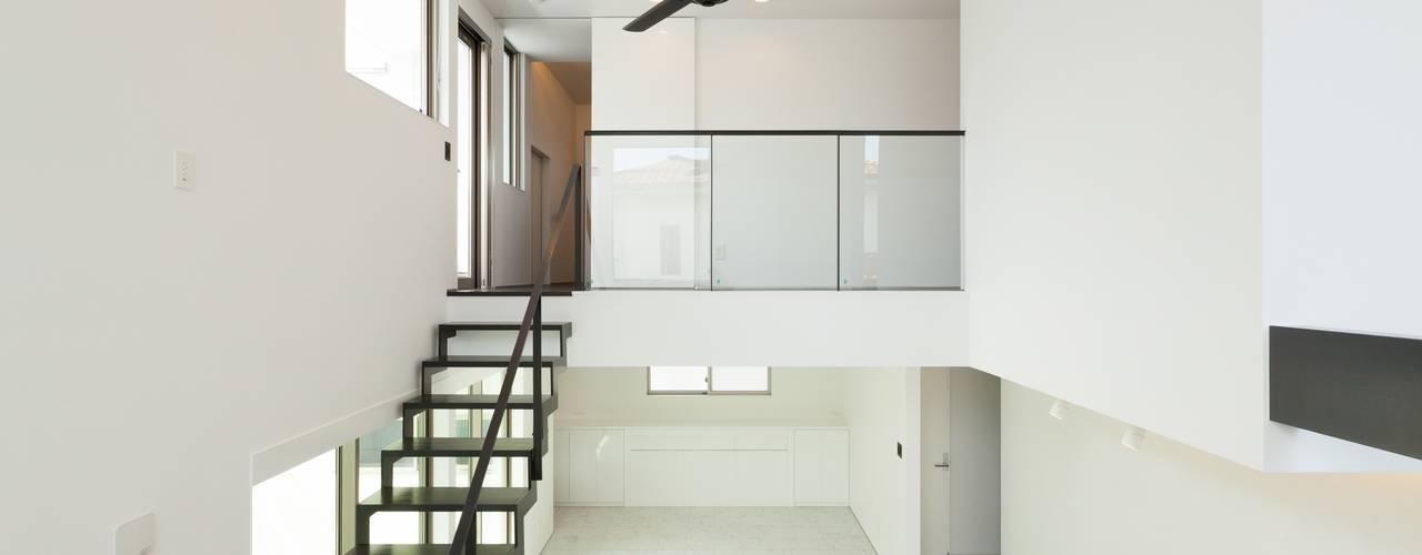 若草の家: KOBAYASHI ARCHITECTS STUDIOが手掛けたリビングです。