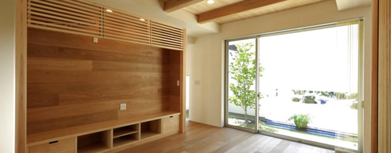 Modern living room by アーキシップス古前建築設計事務所 Modern