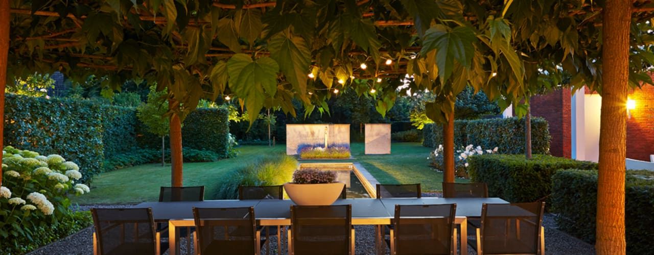 timeless attractive garden with velvet ambiance and in complete harmony/ sfeervolle tuin met bijzondere ambiance in volledige harmonie. Modern garden by FLORERA , design and realisation gardens and other outdoor spaces. Modern