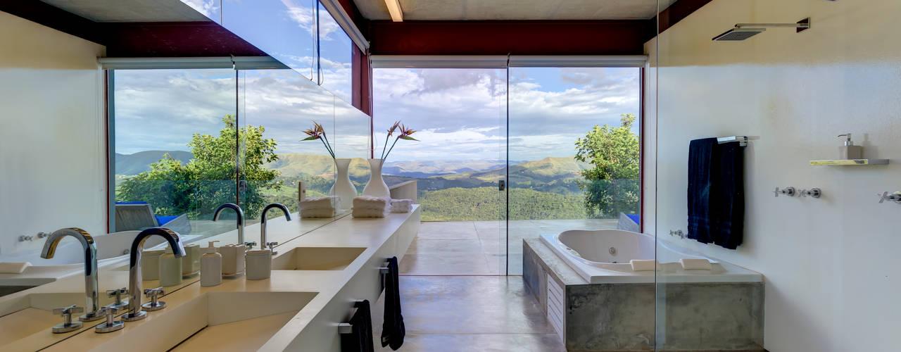 Casa das Gerais Banheiros minimalistas por Denise Macedo Arquitetos Associados Minimalista