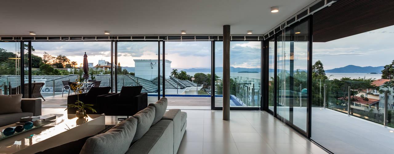 Salas de estar  por JOBIM CARLEVARO arquitetos