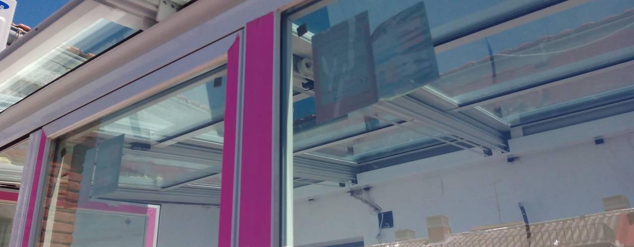 Después de la reforma. Detalle del cerramiento  horizontal de la terraza:  de estilo  de Arquigestiona Reformas S.L.