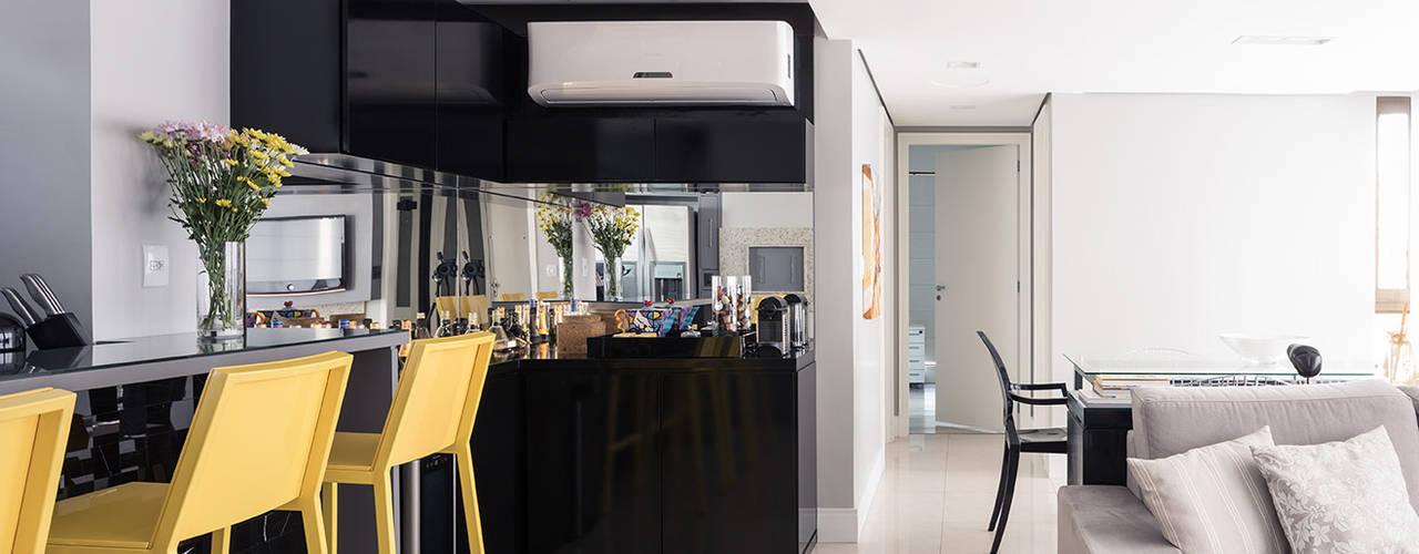 Salas de estilo  por Blacher Arquitetura,