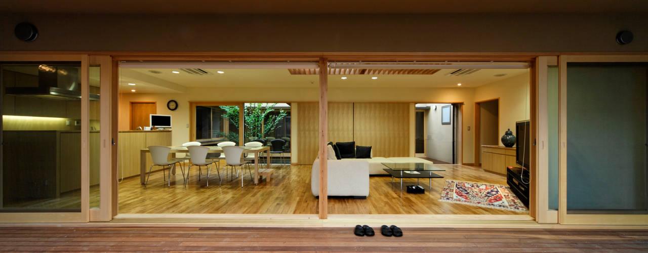 M邸: 長谷雄聖建築設計事務所が手掛けたテラス・ベランダです。