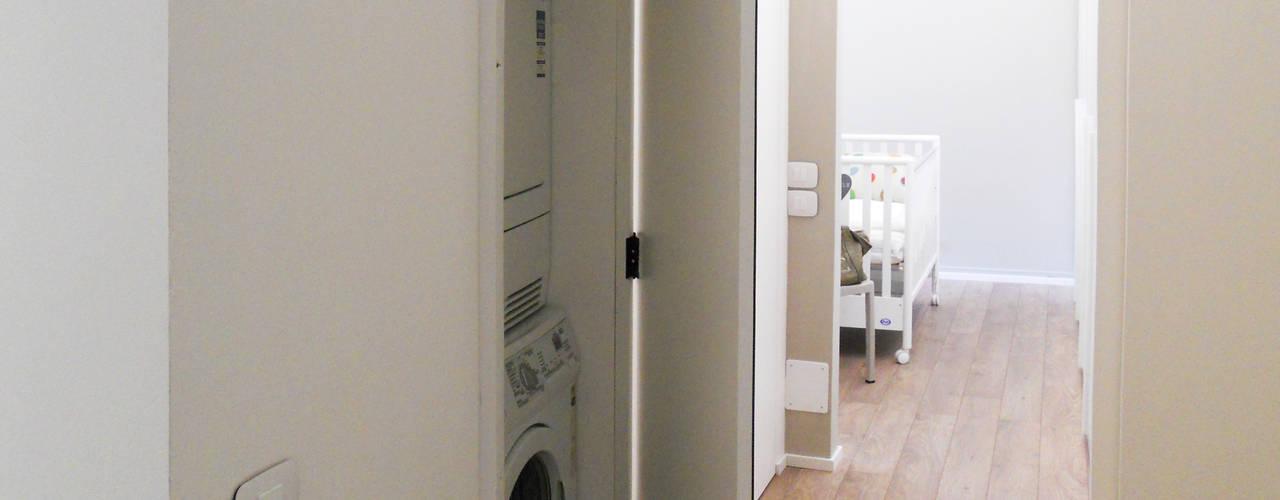 Couloir et hall d'entrée de style  par bdastudio, Minimaliste