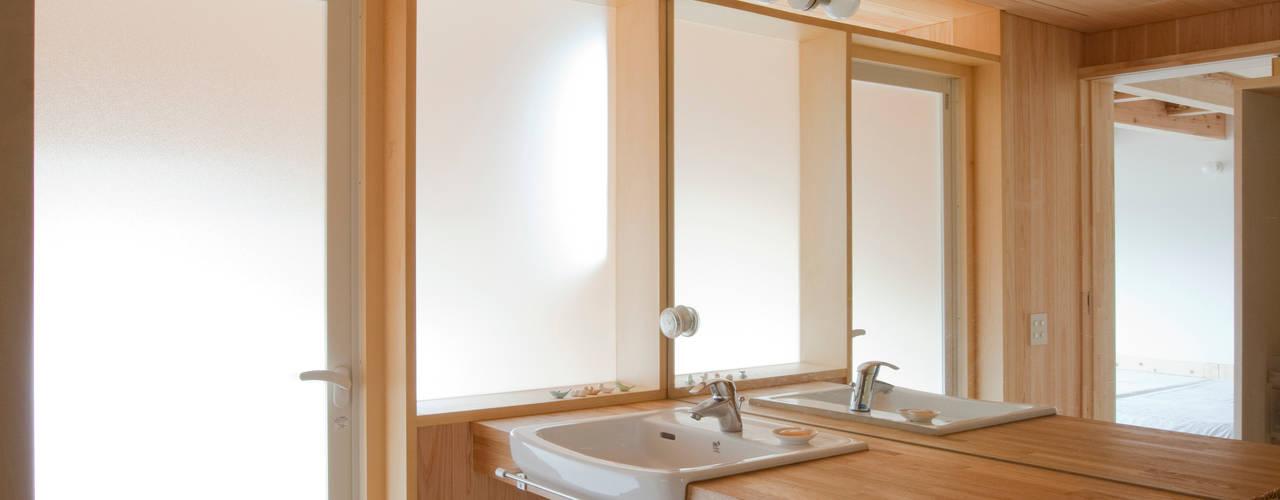 新井アトリエ一級建築士事務所 現代浴室設計點子、靈感&圖片