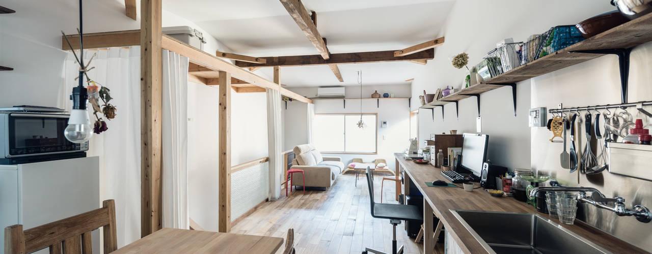 Salones de estilo  de coil松村一輝建設計事務所