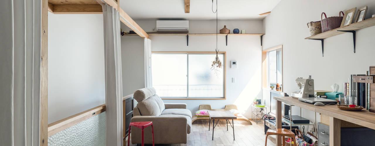 Living room by coil松村一輝建設計事務所
