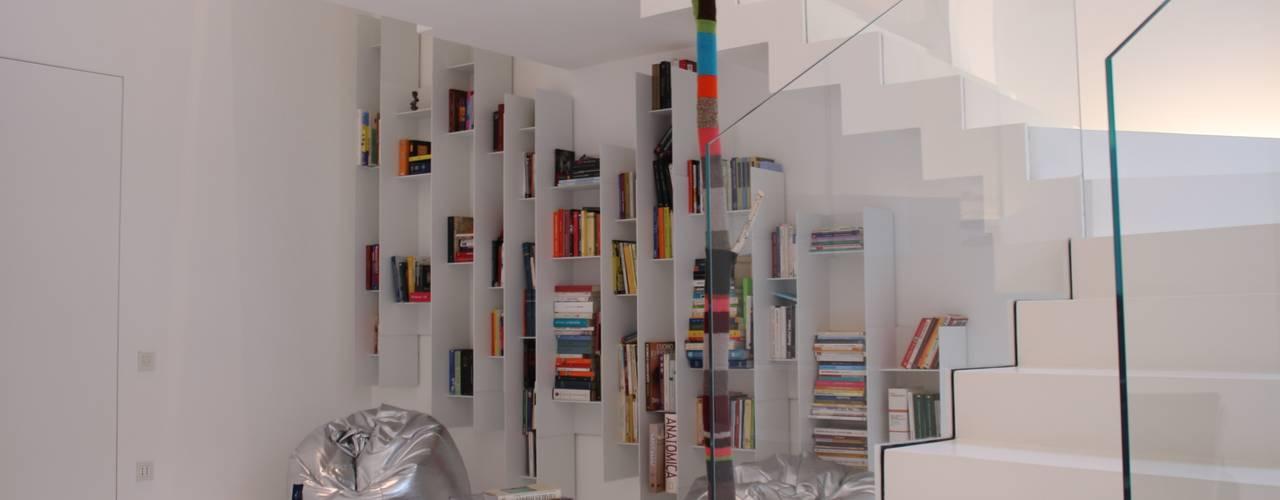TOTAL WHITE Ingresso, Corridoio & Scale in stile minimalista di Serenella Pari design Minimalista