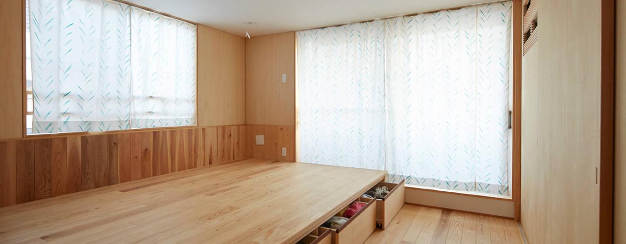 前川の住宅: 一級建築士事務所co-designstudioが手掛けた寝室です。