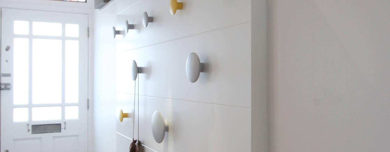 Pasillos y hall de entrada de estilo  por deDraft Ltd,