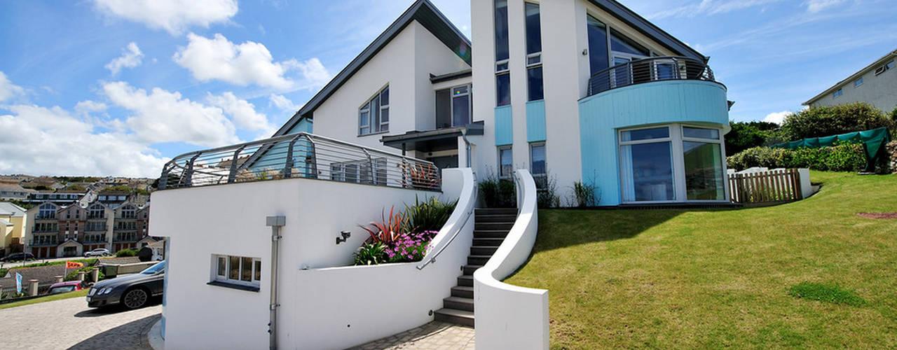 The Sea House, Porth, Cornwall от The Bazeley Partnership Модерн
