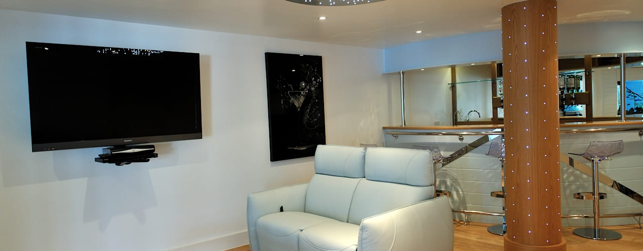 Salas multimedia de estilo  por The Bazeley Partnership