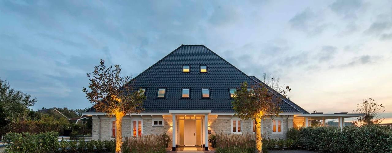 Stolpboerderij in Noord - Holland:  Huizen door Decoussemaecker Interieurs