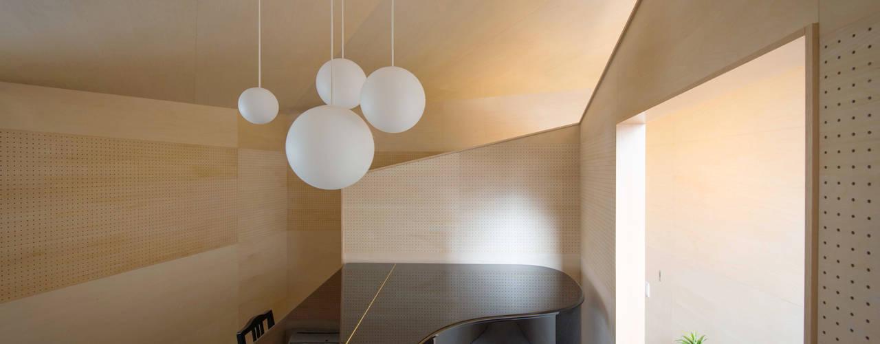 PIANO HOUSE K.448 モダンデザインの ガレージ・物置 の NI&Co. Architects 一級建築士事務所 モダン
