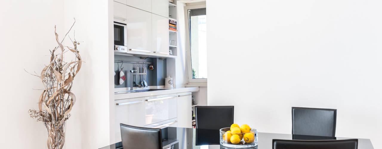 La casa di A: Sala da pranzo in stile  di zero6studio - Studio Associato di Architettura