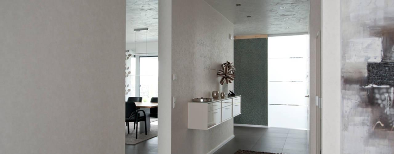 Pasillos, vestíbulos y escaleras modernos de Architekturbüro J. + J. Viethen Moderno