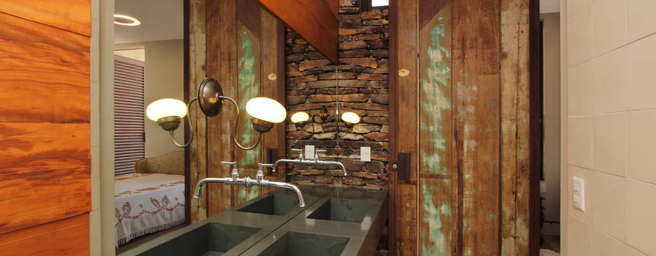 Baños de estilo rústico de COSTAVERAS ARQUITETOS Rústico