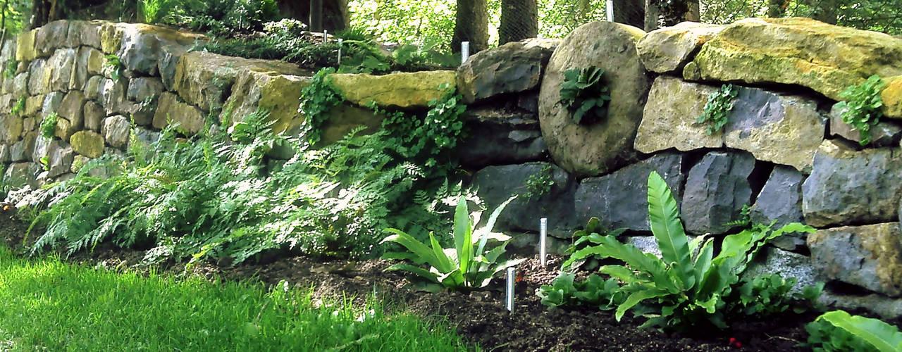Bepflanzte Natursteinmauer Staudengärtnerei Gaissmayer Garten im Landhausstil