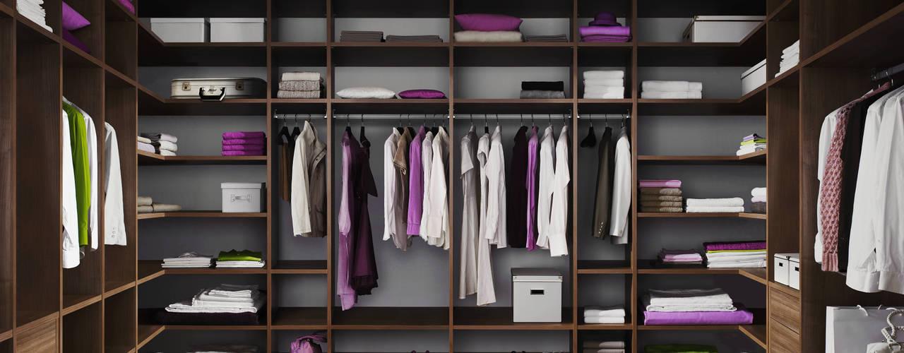 Walk in closet de estilo  por CARE MOBILIARIO MADRID,S.L.