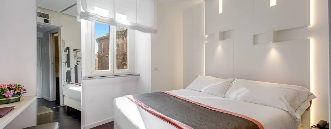 """Interior design """"Hotel Abruzzi"""" - Roma: Camera da letto in stile  di Arch. Lamberto Grutter"""